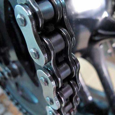 Cómo engrasar y limpiar la cadena de la moto