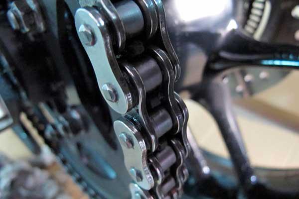 Cómo engrasar y limpiar la cadena de la moto 1